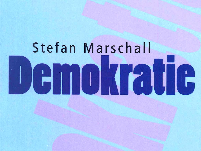 Der Name des Autors und der Titel auf einem hellblauen Hintergrund