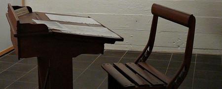 Schreibpult mit Stuhl aus Holz  - Link auf: Schreibpult