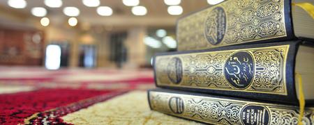 Drei Ausgaben des Korans auf einem Tisch.  - Link auf: Vielfältiger Islam
