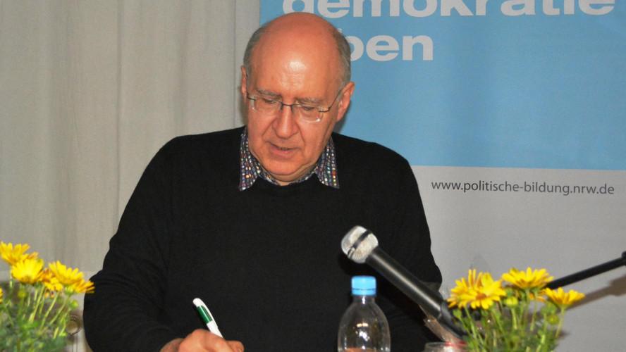 Peter Wensierski am Tisch