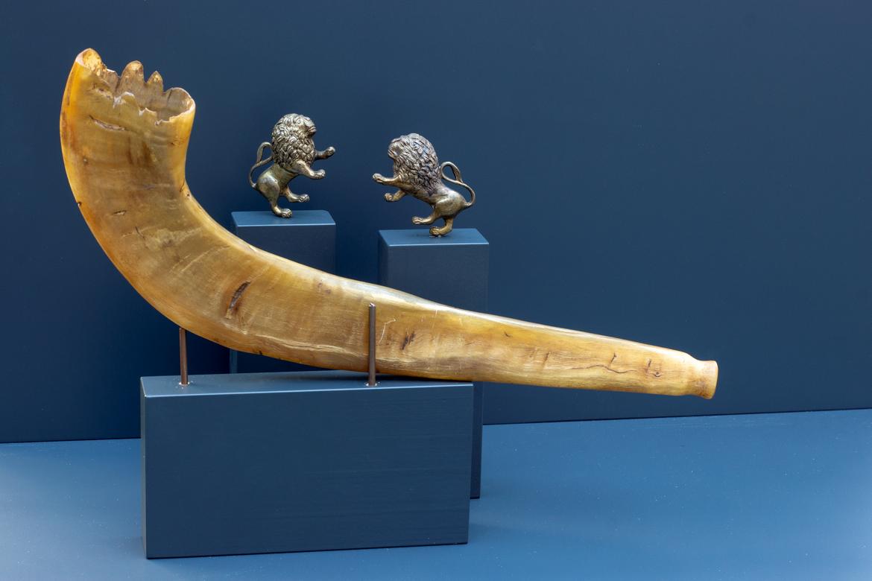 Schofar (Widderhorn) und zwei kleine Löwenfiguren aus Metall
