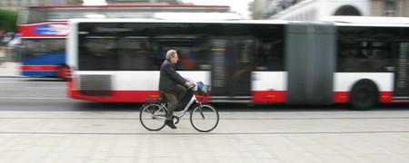 Fahrradfahrer fährt an einem Linienbus vorbei  - Link auf: Landei mobil