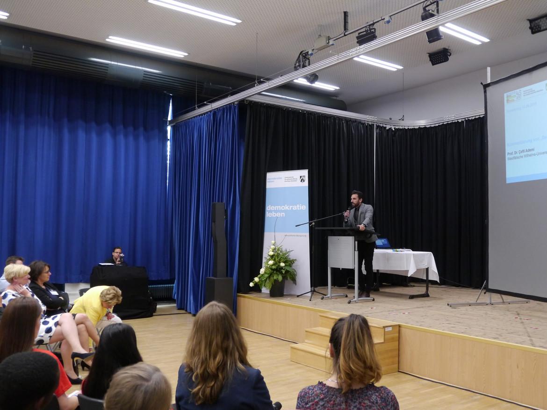 Foto: Prof. Dr. Cefli Ademi auf dem Podium
