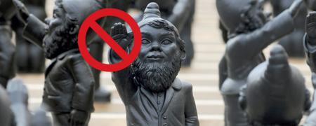 Gartenzwerg zeigt Hitlergruß, Hand ist mit Grafik eines Stopp-Schildes bedeckt.  - Link auf: Präventionstage gegen Rechtsextremismus