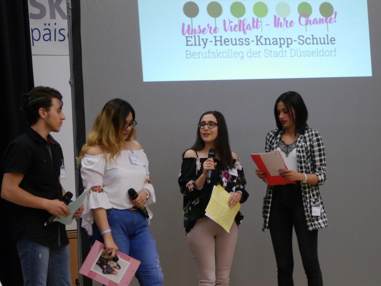 Foto:  Schüllerinnen und Schüler auf dem Podium