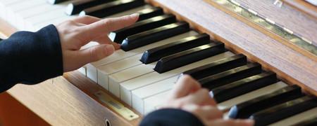 Zwei Hände beim Klavierspiel  - Link auf: Musik schafft Chancen