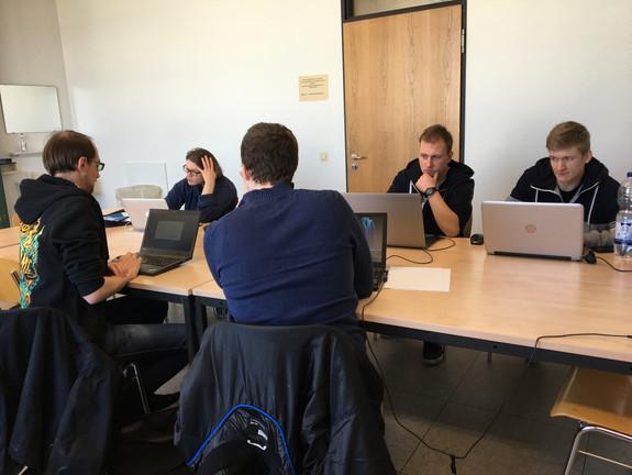 Studierende arbeiten an Computern