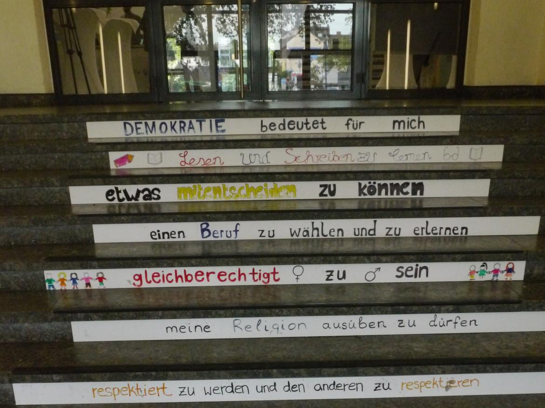 Foto: Treppe des Eingangsbereiches des Sophie-Scholl-Berufskollegs in Duisburg