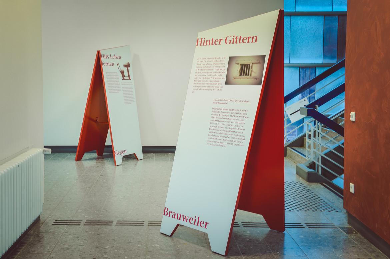 Das Bild zeigt zwei der Aussteller der Wanderausstellung.