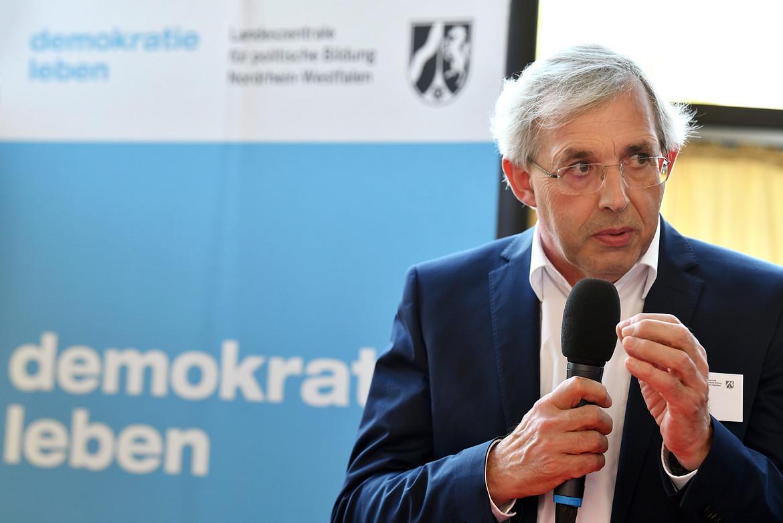 Klaus Kaiser spricht ins Mikrofon.