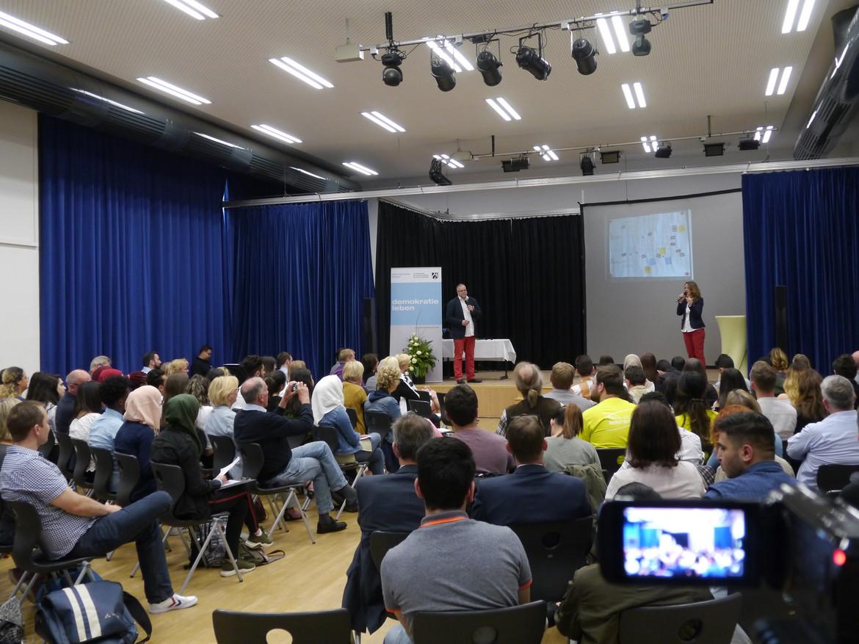Foto: Vortrag von Stephan Schack und Sabine Sommer auf dem Podium