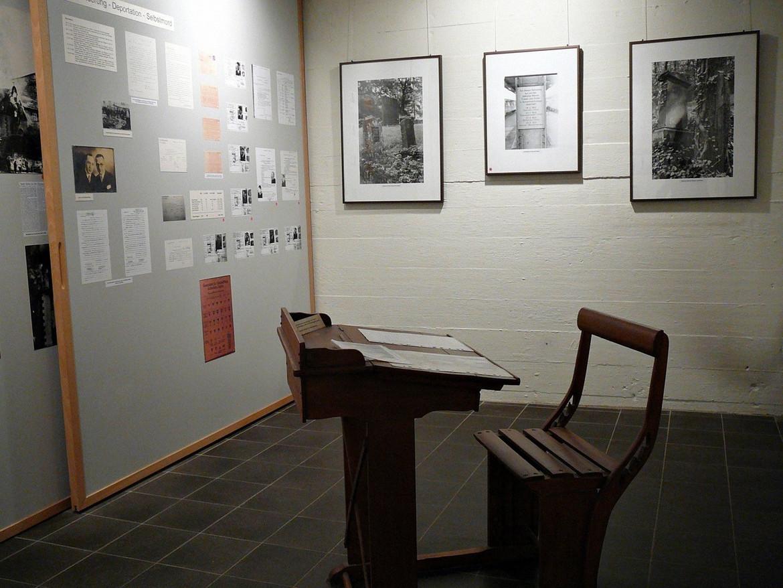 Schreibpult mit Stuhl aus Holz