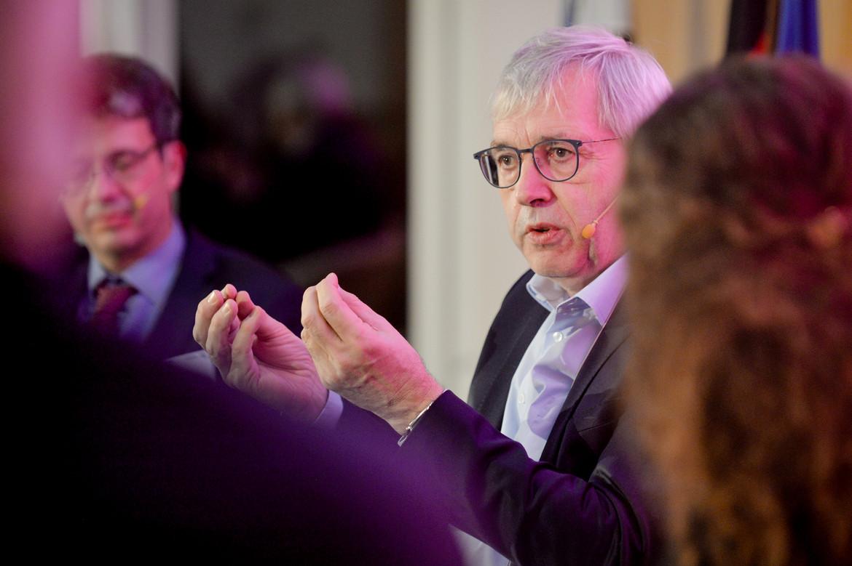 Der Parlamentarische Staatssekretär Klaus Kaiser diskutiert auf der Podium.