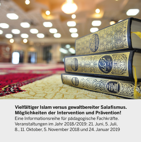 Drei Ausgaben des Korans auf einem Tisch, unter dem Bild eine Textpassage zur Veranstaltung.