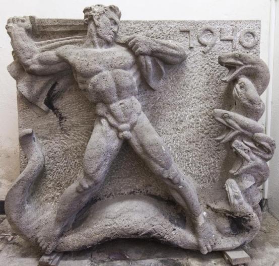 Ein Relief von Herkules im Kampf mit der Hydra