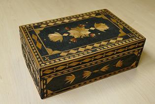 Mit feinen Intarsien ausgelegte Holzkiste