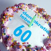 """Geburtstagstorte mit Aufschrift """"Demokratie leben 60"""""""