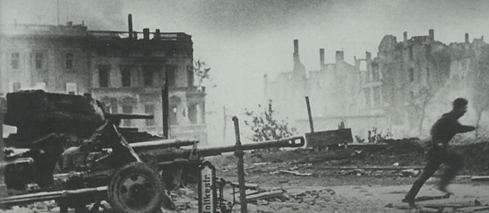 Schwarz-weißes Foto: Zerstörte Stadt während des Krieges
